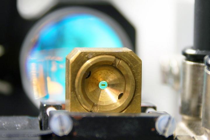 Diamant-Halbleiter-Sandwich im Laseraufbau
