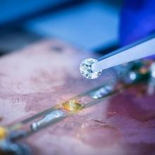 Mit winzigen millimetergroßen Diamanten lassen sich magnetische und elektrische Felder Nanometer-genau detektieren.