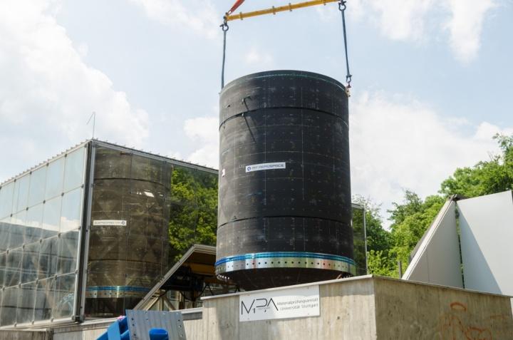 Der Booster-Demonstrator der neuen ARIANE 6 kurz vor dem Ablassen in den MPA-Prüfschacht (c) Universität Stuttgart/MPA