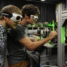 Presseinfo : Junge Forscher an Lasertisch, Copyright:
