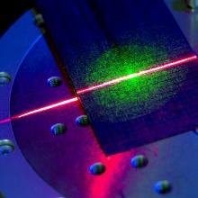 Lasermaterialbearbeitung von carbon-faserverstärkten Kunststoffen am Institut für Strahlwerkzeuge der Universität Stuttgart.
