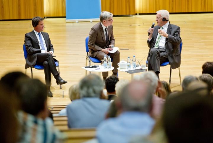 (v.l.) Frankreichs Premierminister a.D. Manuel Valls,  Moderator Professor André Bächtiger, Ministerpräsident Winfried Kretschmann (c) Universität Stuttgart / Uli Regenscheit