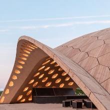 Der Pavillon hat ein rundliches, 30 Meter langes Holzdach.