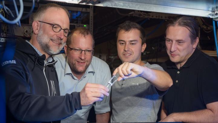 Prof. Tilman Pfau (l.), Fabien Ripka (2. v.r.) mit Team (c) Universität Stuttgart / Max Kovalenko