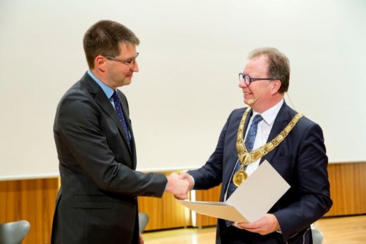 Prof. Michael Eisermann und Rektor Prof. Wolfram Ressel.  (c) Foto: Universität Stuttgart.