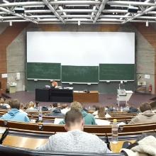 Presseinfo 104: Für die meisten Schülerinnen und Schüler war die Zertifikatsklausur die erste Prüfungssituation in einem Universitätshörsaal., Copyright:  Bartosch Ruszkowski