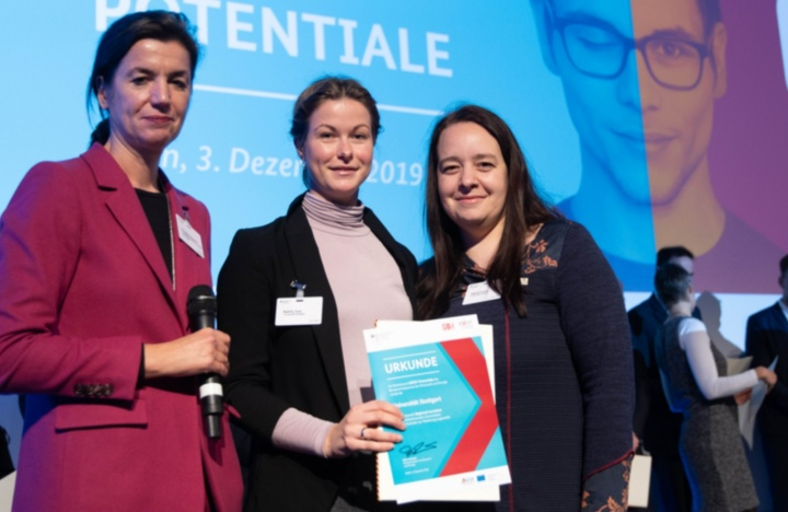 (c) Dr. Sabine Hepperle (Federal Ministry for Economic Affairs and Energy),  Nadine Joop und Sabine Cornils (University of Stuttgart) are presenting the award