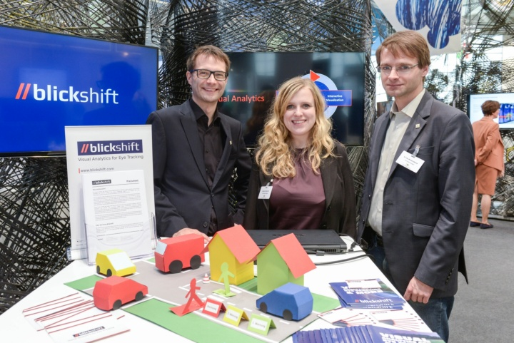 Dr. Michael Raschke und Dr. Michael Wörner, Gründer der Blickshift GmbH, mit Frau Ljubow Chaikevitch von der Technologie-Transfer-Initiative GmbH an der Universität Stuttgart (c) bw-i/Gabriel Poblete Young
