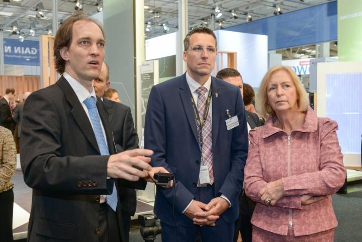 Bundesministerin für Bildung und Forschung Johanna Wanka informiert sich beim HLRS. (c) bw-i/Gabriel Poblete Young