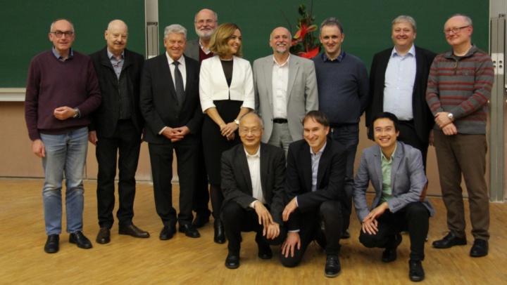 from left to right standing: Michael Matthiesen (infos),  Manfred Wizgall (INFOTECH), Prof. Paul J. Kühn, Prof. Erhard Plödereder (Institut für Softwaretechnologie), Dr. Emna Eitel (INFOTECH), Prof. Manfred Berroth, Institut für Elektrische und Optische Nachrichtentechnik), Prof. Ilia Polian (Institut für Technische Informatik), Prof. Sven Simon (Prüfungsausschussvorsitzender INFOTECH), Prof. Jan Hesselbarth (Institut für Hochfreqenztechnik). From left to rigth kneeling: Prof. Bin Yang (Institut für Signalverarbeitung und Systemtheorie), Prof. Stephan ten Brink (INFOTECH),   Prof. Ngoc Thang Vu  (Lehrstuhl Digitale Phonetik)