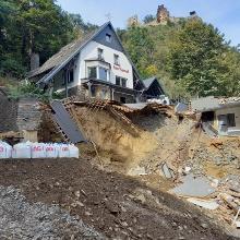 Flutschäden im Oberen Ahrtal: Straße und Parkplatz vor diesem Hotel wurden weggerissen.