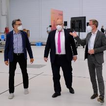 Peter Altmaier beim Gang durch die ARENA2036 mit Geschäftsführer Peter Froeschle (links) und Prof. Peter MIddendorf, Prorektor Wissens- und Technologietransfer der Universität Stuttgart (rechts) Constantin Raff