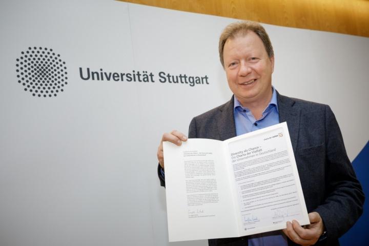 Uni-Rektor Prof. Wolfram Ressel hat die Charta der Vielfalt unterzeichnet.  (c) Universität Stuttgart/Stollberg