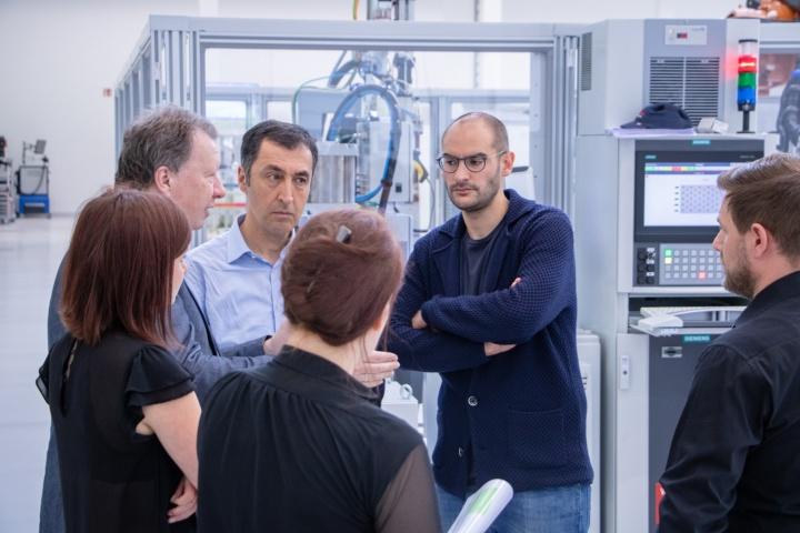 Rektor Ressel im Gespräch mit Dr. Danyal Bayaz und Cem Özdemir. (c) STARTUP AUTOBAHN