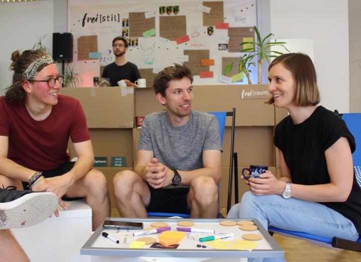 Studierende unterhalten sich in einer Sitzecke im Gründer-Cafe. (c) Universität Stuttgart