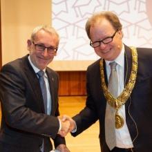 Rektor Wolfram Ressel zeichnet Ewald Krämer mit dem Lehrepreis aus.