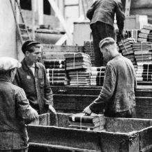 Zwangsarbeiter verladen Bücher beim Umzug der Materialprüfungsanstalt.