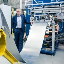 Versuchsanlage am Institut für Umformtechnik der Universität Stuttgart. Im Hintergrund Institutsleiter Prof. Mathias Liewald.