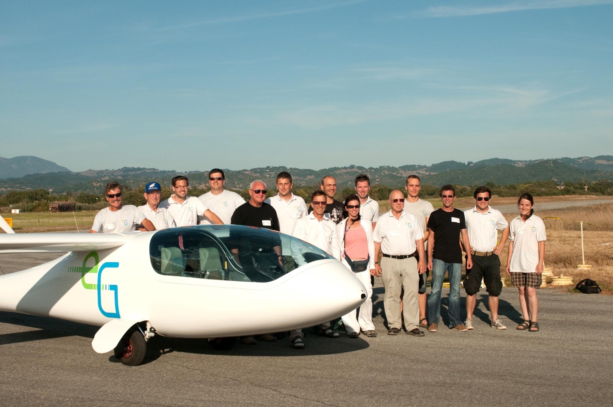 Gruppenfoto der Mitglieder des e-Genius Teams stehen hinter dem Flugzeug e-Genius