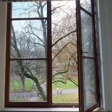 Ein weitgeöffnetes Büro-Fenster