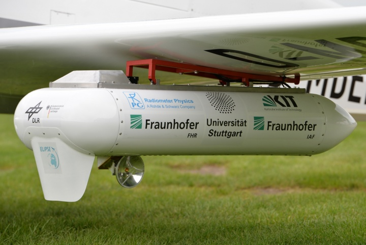 The E-band transmitter fitted to the wing of the exploratory aircraft. A small parabolic antenna ensures the correct alignment to the ground terminal. (c) Fraunhofer FHR/Wolfgang Mies