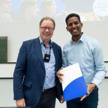 Rektor Prof. Ressel zeichnet den DAAD-Preisträger Aron Negusse Asfaha für seine hervorragenden Leistungen aus