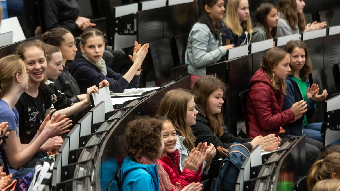 The uni welcomed a total of 350 participants to it's Girls' Day, where numerous institutes and facilities offered 25 different events.