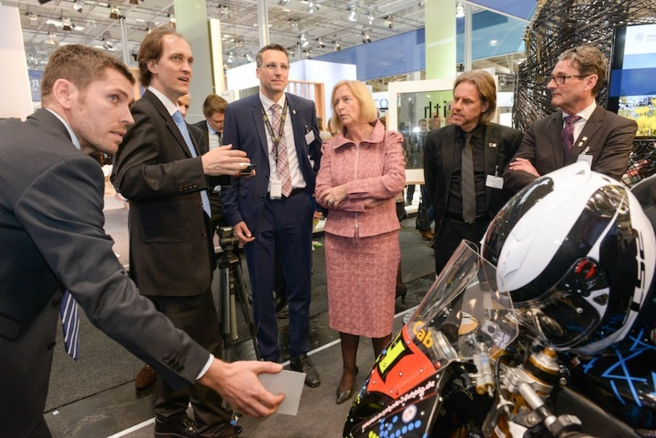 Dr. Uwe Wössner erläutert Bundes-Forschungsministerin Johanna Wanka den digitalen Windkanal am Beispiel des gescannten Motorrads.