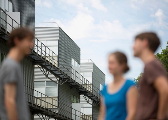 Menschen stehen vor einem Unigebäude