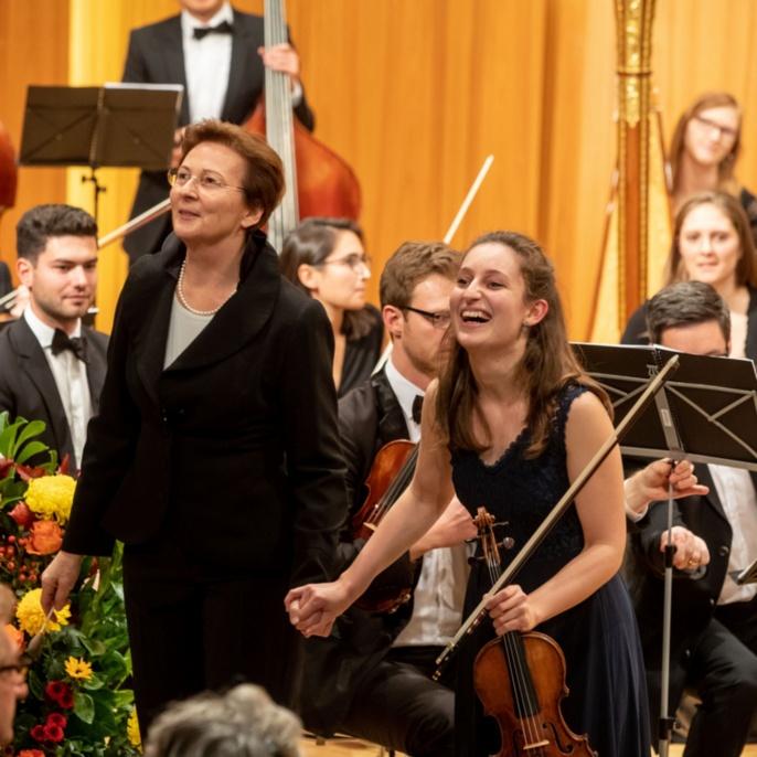 7 Musikalischer Abschluss mit Solistin Elene Meipariani und Dirigentin Veronika Stoertzenbach