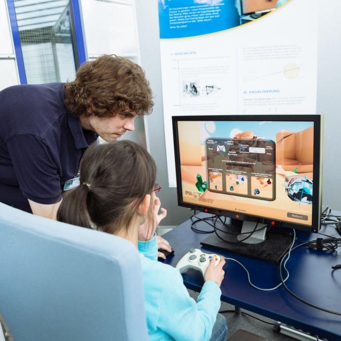 Ein Mädchen testet ein Computerspiel