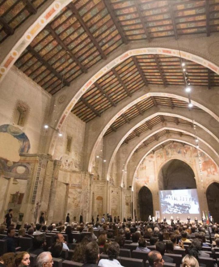 Blick in den großen Hörsaal der Universität Bergamo, eine alte Kirche.