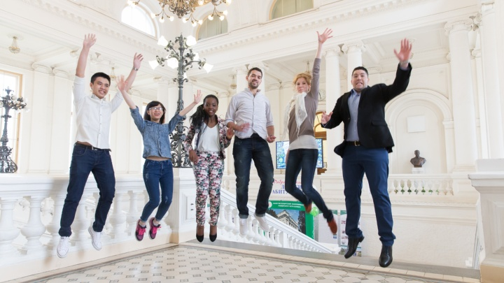 Internationale Studierende im Foyer der Polytechnischen Universität Sankt Petersburg.