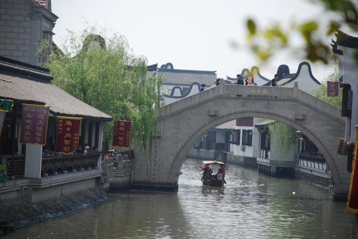 Brücke über einen Kanal in Minhang in Shanghai.