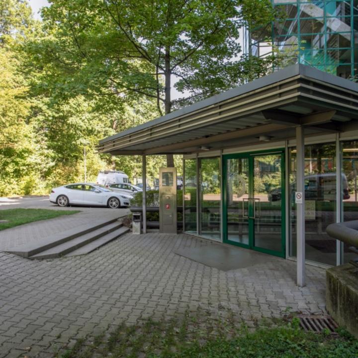 Haupteingang Pfaffenwaldring 12