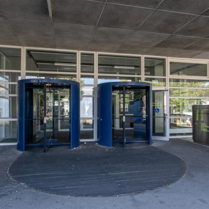 Haupteingang Pfaffenwaldring 55 Universitätsbibliothek