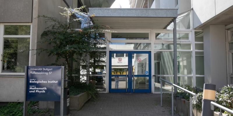 Haupteingang Pfaffenwaldring 57<br/>