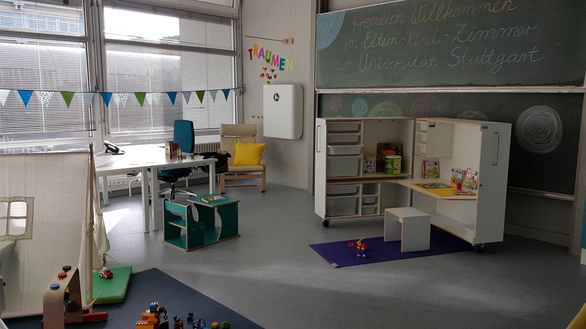 Das Eltern-Kind-Zimmer mit Spielsachen und einer KidsBox.