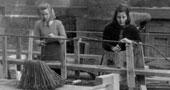 Studienanwärterinnen bei Aufbauarbeiten