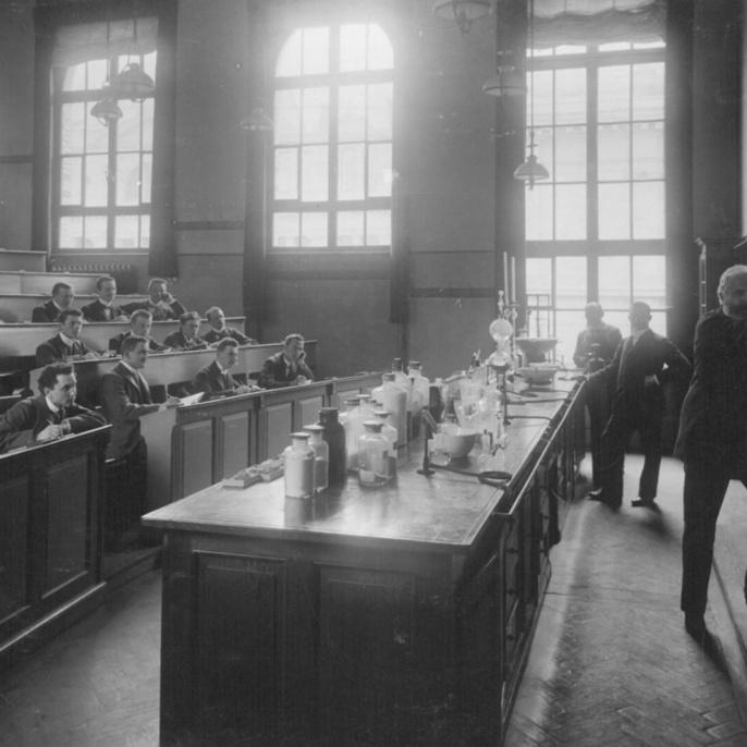 Der Chemieprofessor Carl Hell an der Tafel: Seit der Mitte des 19. Jahrhunderts war die Chemie neben den Ingenieurwissenschaften ein Schwerpunkt der Technischen Hochschule.