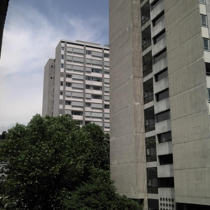 Die Kollegiengebäude KI und KII decken auf kleiner Fläche den Platzbedarf der Architektur, Geistes- und Wirtschaftswissenschaften am Standort Stadtmitte. Sie sind Bauzeugnis der 1970er Jahre.