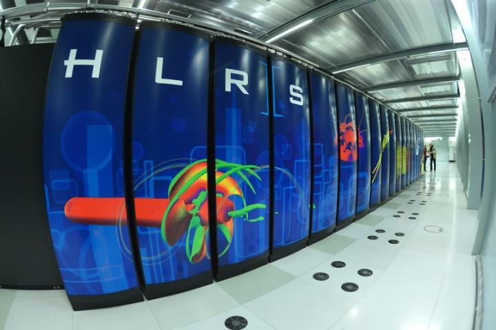 Der Großrechner Hazel Hen verteilt sich auf 41 Schränke. (c) HLRS