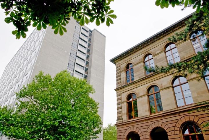 Das Rektoramt (rechts) ist das Gebäude der ehemaligen Technischen Hochschule. Hier ist ein Teil der Zentralen Verwaltung untergebracht. Im Kollegiengebäude KI (links) haben viele Architektur-Institute ihren Sitz.