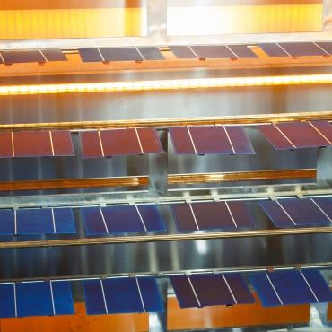 Mehrere kristalline Solarzellen neben- und übereinander