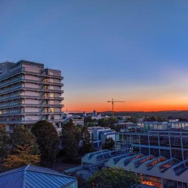 Sonnenuntergang auf dem Campus Vaihingen mit NWZ-Gebäude am Bildrand
